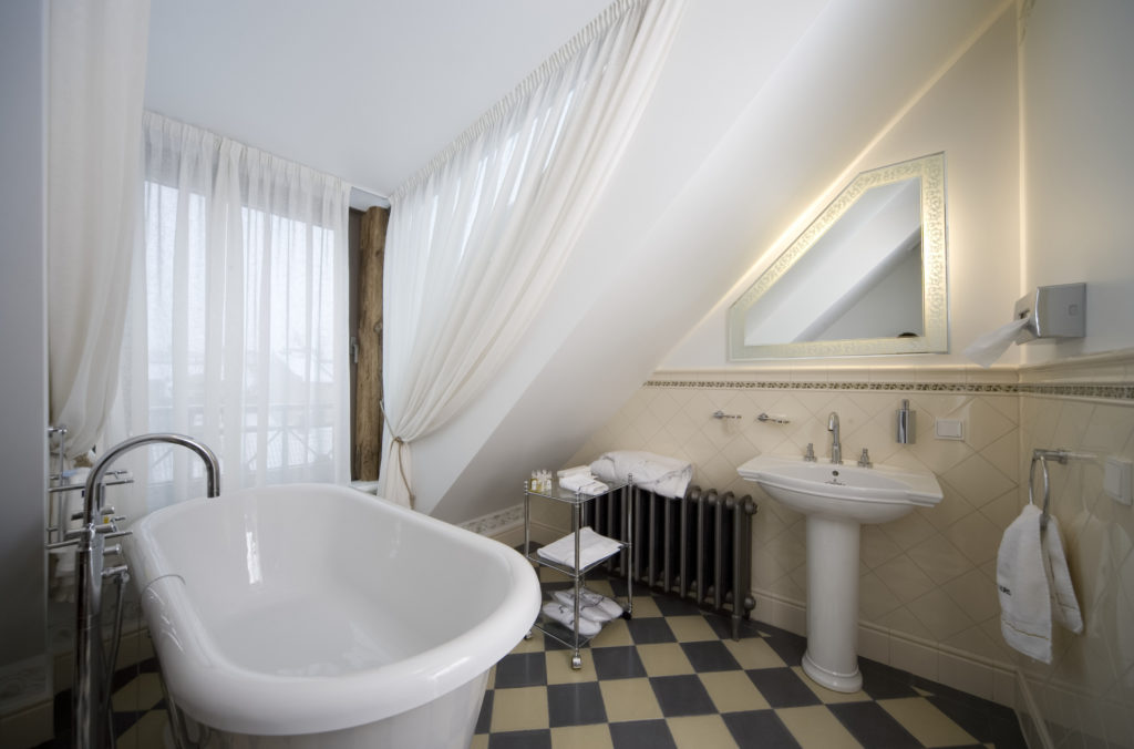 vintage bathroom look with free standing tub and other vintage bathroom accessories